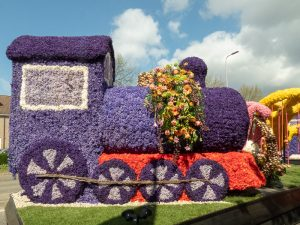 https://mustseeholland.com/endless-row-of-floats-on-flower-parade-through-the-dutch-bulb-fields/ Steam train